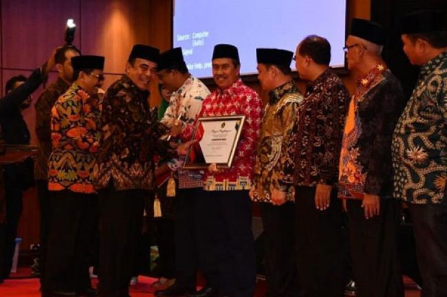 Bersama Gubernur DKI, Syamsuar Terima Penghargaan dari Menag