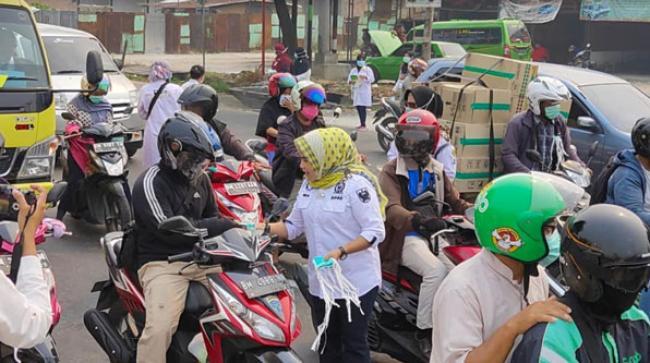 Aksi Peduli Kabut Asap, Ida Yulita Bagikan 5000 Masker di Simpang Tabek Gadang Pekanbaru