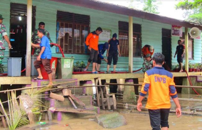 Pasca Banjir, TNI POLRI Dan BPBD Rohul Beserta Damkar Goro Bersihkan Sekolah