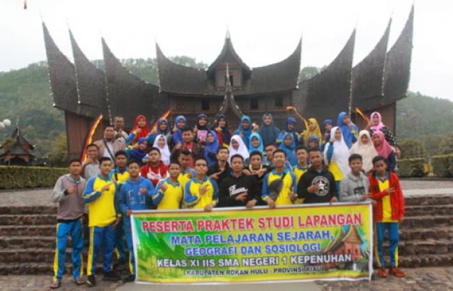 SMAN 1 Kepenuhan Laksanakan Studi Lapangan di Istana Pagaruyung