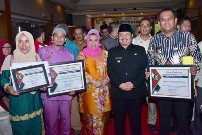 Taat Bayar Pajak, Bupati Bengkalis Serahkan Penghargaan