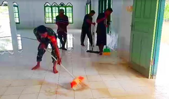 Pasca Banjir, TNI POLRI Bantu Warga Bersih-bersih