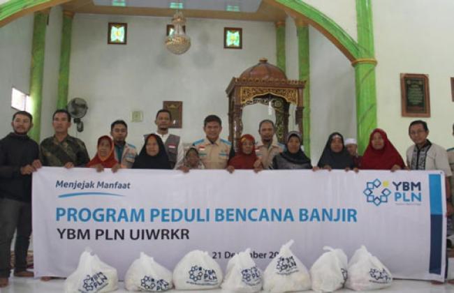 YBM PLN UIWRKR Salurkan Bantuan untuk Korban Banjir di Desa Tanjung Balam