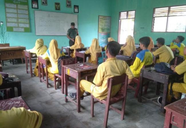 Peduli Generasi Muda, Babinsa Koramil 14/Kepenuhan Sosialisasi Bahaya Narkoba Di SMAN 1