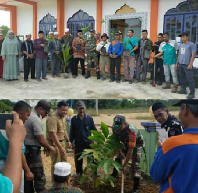 Koramil 15/KK Kodim 0313/Kpr Tanam Pohon Di Lingkungan Masjid Al-Azhim Kerumutan