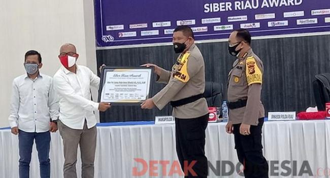 Kapolda Riau Irjen Pol Agung Setya Imam Effendi Terima Penghargaan Siber Riau Award