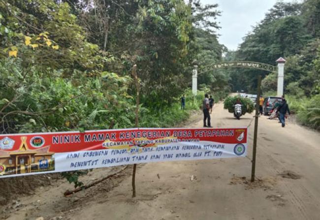 Tuntut Sisa Lahan Tak Direspon, Masyarakat Petapahan Tutup Jalan Keluar Kayu PT PSPI