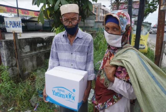 Bantuan Bahan Pokok Rumah Yatim untuk Bapak Senen, Lansia Prasejahtera Riau