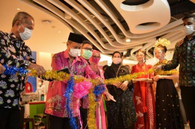 Plh Sekdaprov Riau Resmikan Gerai UMKM Aspekraf di Mall SKA