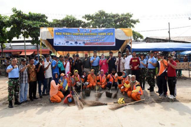Lanud RSN Bersama Warga Gelar Aksi Bersih Sampah di Pasar Pagi Arengka