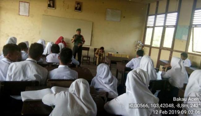 Babinsa Koramil 08/Mandah Berikan Bimbingan Wasbang di SMP Satu Atap Sendawa