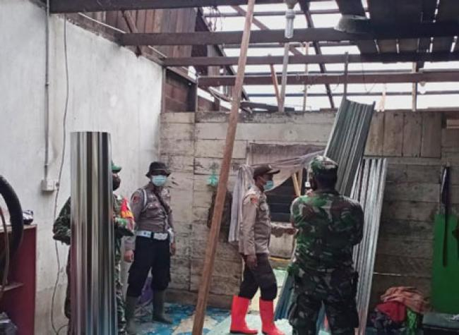 Hujan Deras Disertai Angin Kencang di Rohul, TNI Polri Bantu Warga