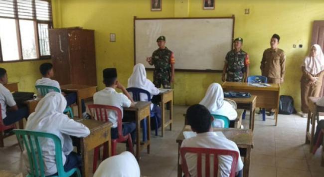 Babinsa Kodim 0301 Pekanbaru bersama 35 Pelajar MTs YKWI Antusias Ikuti Wasbang dan Bela Negara