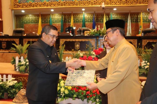 DPRD Riau Serahkan Rekomendasi Hasil Kerja Pansus LKPj 2018 Kepada Pemprov Riau
