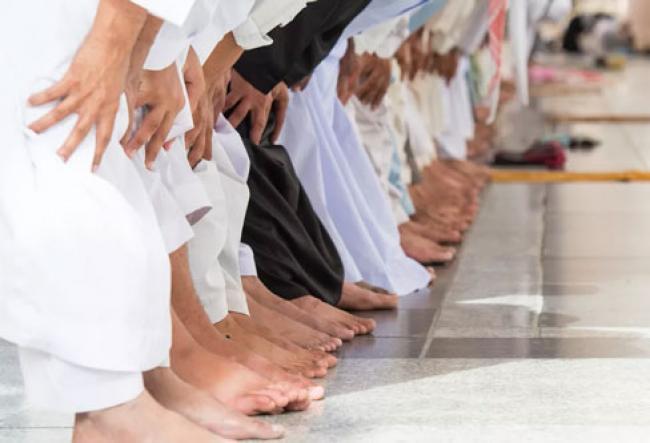 Larangan Sholat Jumat Dilanggar, Imam Ditangkap dan Jamaah Dikejar Sampai Atap