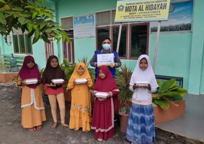Anak Asuh Rumah Yatim Riau Berbagi Makanan Siap Saji Untuk Anak Yatim Dhuafa Lainnya