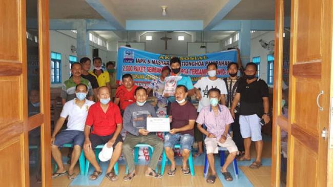 Peduli Dampak Covid-19, IAPK dan warga Thionghoa Panipahan Bagi 2000 Paket Sembako