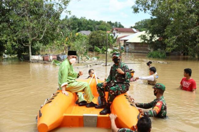 Gubri dan Danrem 031/WB Tinjau Puluhan Rumah Terendam Banjir di Tangkerang Utara