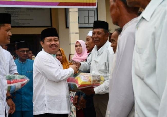Bupati Amril Serahkan Sembako Murah Kepada Masyarakat Kecamatan Rupat