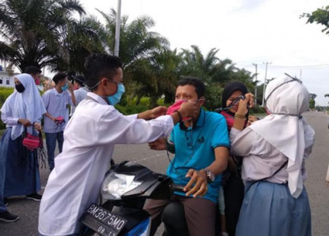 Siswa SMAN 1 Kepenuhan Rokan Hulu Rayakan Kelulusan dengan Berbagi Masker