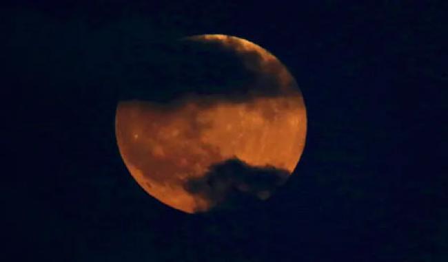 Niat dan Tata Cara Sholat Gerhana Bulan, Lengkap dengan Bacaan Latin dan Artinya