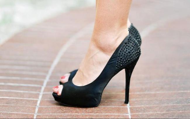 Bahaya di Balik Sepatu Hak Tinggi
