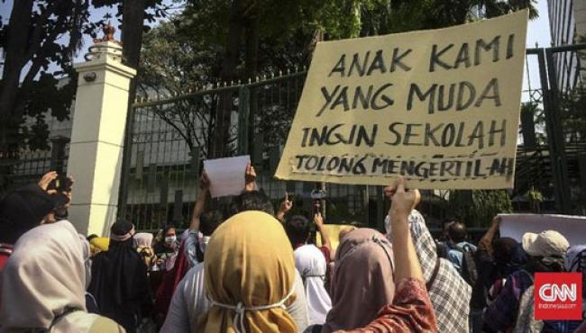 Ratusan Orang Tua Demo di Kantor Nadiem, Minta PPDB DKI Batal