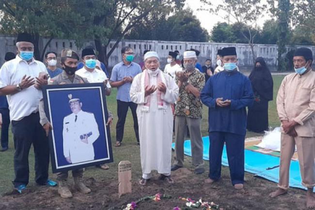 Gubri dan Wagubri Turut Mengantar Almarhum Raja Rivaie Rachman ke TMP Kusuma Dharma