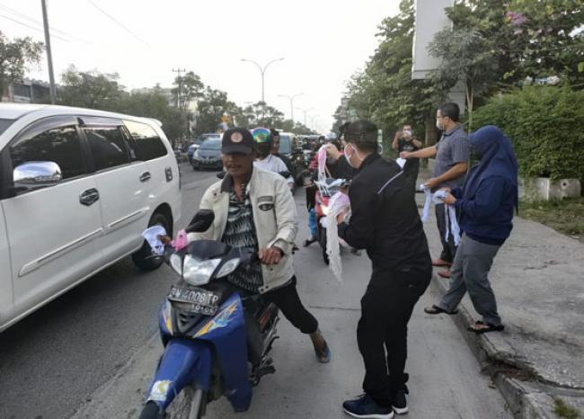 2.500 Masker Ludes Dibagikan ke Pengguna Jalan di Jl HR Soebrantas