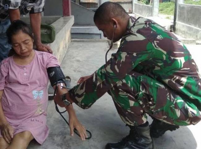 Tim Kesehatan Satgas TMMD Dumai Berikan Pelayanan Gratis Kepada Warga