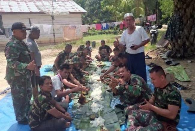 Indahnya Kebersamaan, Prajurit TMMD 102 Dumai dan Warga Makan Siang Beralaskan Daun