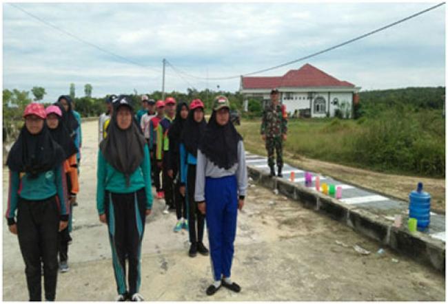Babinsa Koramil 02/Tanah Putih Melatih Paskibra SMAN Tanah Putih Tanjung Melawan
