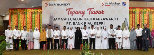Tepuk Tepung Tawar Tandai Keberangkatan CJH Bank Riau Kepri