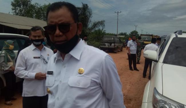 Bupati Rohil Suyatno Tinjau Perbaikan Jalan Sinaboi-Dumai