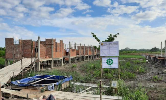 Bupati Suyatno Tinjau Progres Pengerjaan 30 Unit RLH Nelayan Kampung KPL