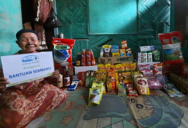 Rumah Yatim Bantu Nenek Minah Lansia 95 Tahun Pekerja Keras Asal Riau