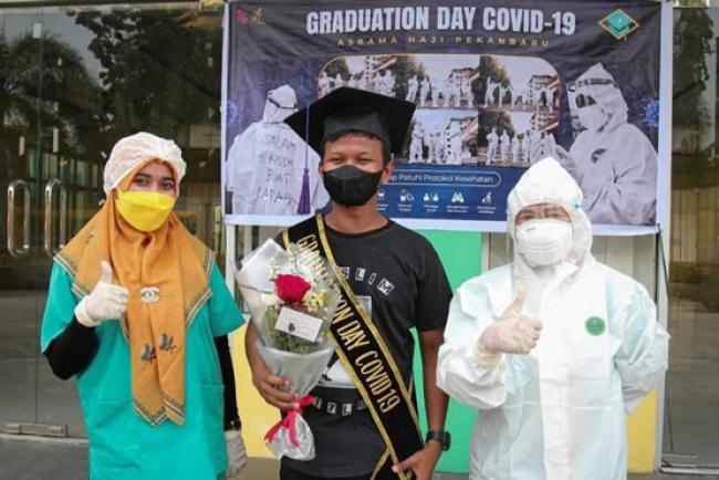 Semangat Sembuh dari COVID-19, Warga Isolasi Asrama Haji Riau Gelar Wisuda