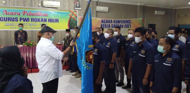 Dihadiri Bupati Dan Wabup, Zulmansyah Sekedang Lantik Pengurus PWI Rohil