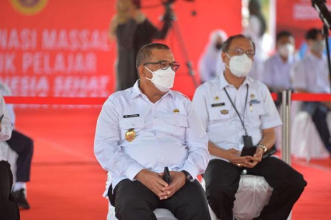 Hadiri Vaksinasi COVID-19 Bagi Pelajar, Wagubri: Semoga Target Vaksinasi di Riau Tercapai