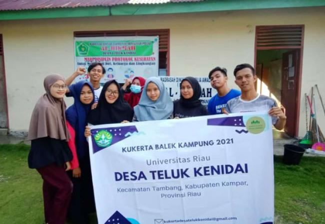 Kukerta Balik Kampung, Mahasiswa Unri Bersihkan MDTA Nurul Hikmah Desa Kenidai