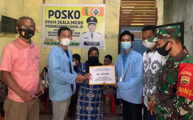 Mahasiswa Kukerta Unri Ikut Serta Bantu Bagikan BLT di Desa Siberobah Kuansing