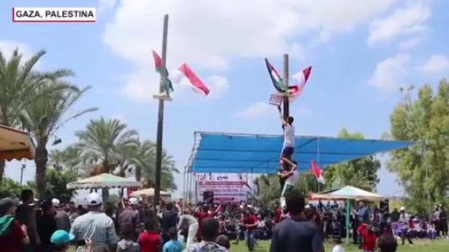 Warga Palestina di Jalur Gaza Lomba Panjat Pinang, Hadiahnya?