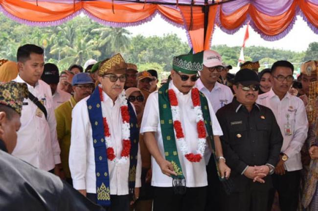 Kunjungi Rupat Utara, Menpar Arief Yahya Dipasangi Tanjak oleh Ketua LAMR