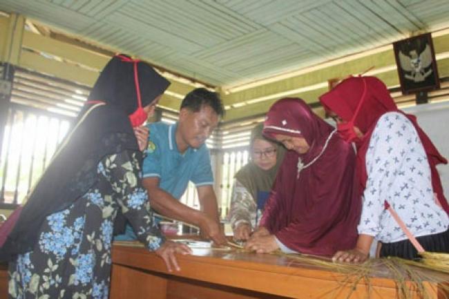 Tim Pengabdian Unri Kenalkan Lidi Sawit Menjadi Produk Hand Made di Desa Sako Kuansing