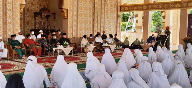 Bersama LAM Riau, Danrem 031/WB Sosialisasikan Dapur Lapangan dan Fogging Disinfektan di Pesantren Al-Faruqi
