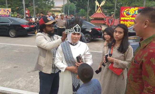 Sebelum Pelantikan, Ade Hartati Disematkan Mahkota Kasuari Oleh Orang Papua