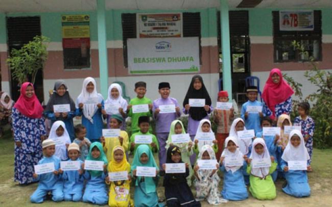 Rumah Yatim Salurkan Bantuan Pendidikan Kepada 18 Pelajar MTs Miftahul Huda Dusun Bagan Benio