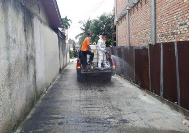 Antisipasi Penyebaran Covid-19, BPBD Riau Kerahkan Petugas Semprotkan Disinfektan