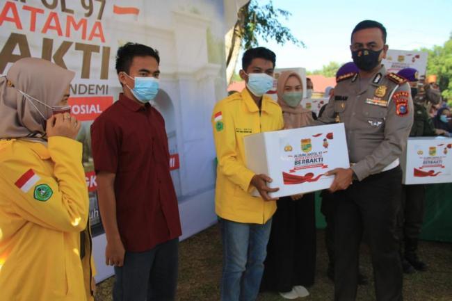 Cek Vaksinasi Unilak, Dirlantas Polda Riau Salurkan Bansos