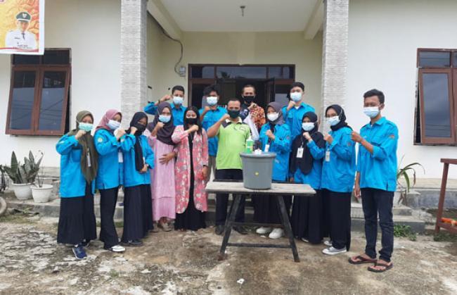 Tim Kukerta Balek Kampung UNRI 2021 Membuat Alat Cuci Tangan Sistim Sensor Di Desa Pasir Makmur